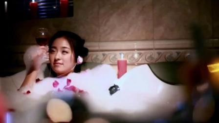 瞧这两家子:美女泡在浴缸里喝红酒,一泡就两