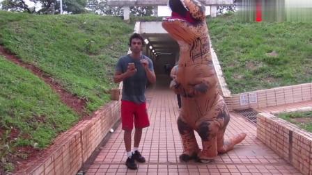 国外恶搞,地下通道男子边跑边喊快跑恐龙,路人跟扭头一看气坏了