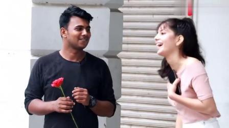国外恶搞,男子手持一朵玫瑰单膝跪地,对着漂亮妹子说我喜欢你