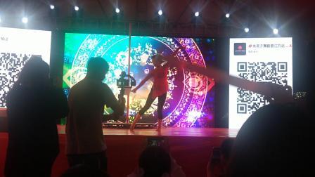 国庆夜晋江万达钢管舞让观众大饱眼福&朱峰摄影