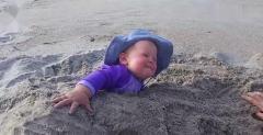 搞笑视频:这把孩子埋沙滩里,一看你们就是亲