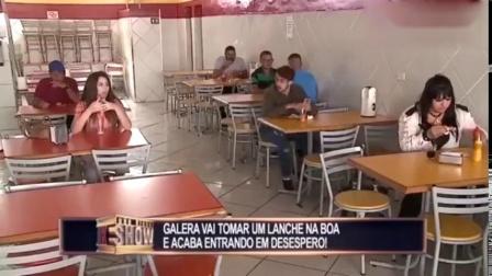 国外恶搞,门外突然传来枪声,吓的餐馆就餐的