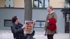 国外恶搞,男子在街头竟然可以凌空坐着看报纸