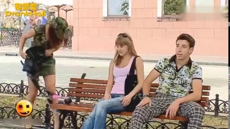 国外爆笑街头恶搞女子整理化妆包掉出手榴弹,