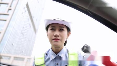 小伙开黑车遭遇美女交警,这俩人对话太搞笑了