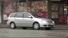 国外爆笑街头恶搞在别人的汽车排气管装上喇叭