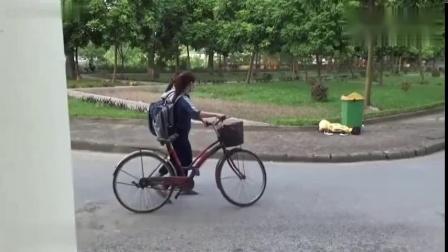 国外爆笑街头恶搞小伙把假人偶扔地上,路人被