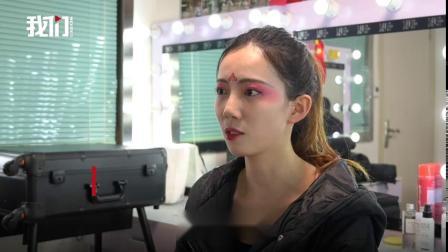 """23岁美女表演真人版""""不倒翁""""走红 展位被挤得"""