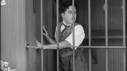 幽默搞笑视频男子不小心被锁在了狮子笼,这反