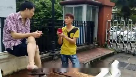 广西搞笑视频-癫仔卖手机-笑死人_标清