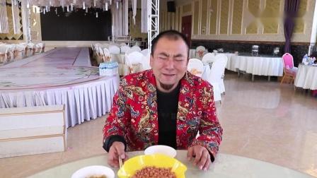 搞笑视频吃货服务员饭店老吃不饱,偷偷吃客人