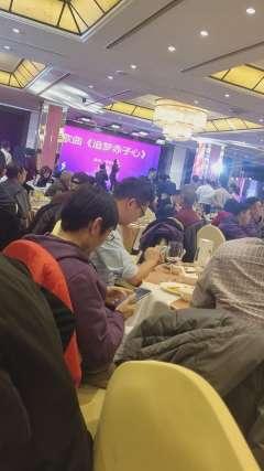 南开大学校友上海年会,美女歌唱的不错