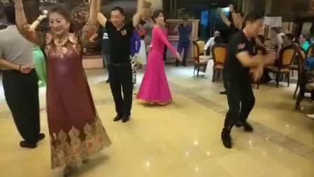 聂虎子!笑笑美女老师三亚木卡姆酒店开心起舞