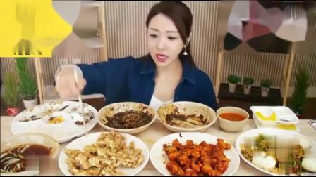 美女胃口太大了,吃这么丰盛的大餐,有吃不完
