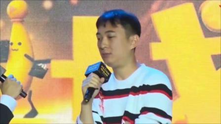 王思聪庆32岁生日,酒吧派对布置简陋,美女环绕他却表情冷漠