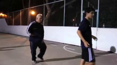 国际足球大咖喬裝成老頭子跑到球場......