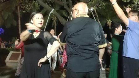 卡哈尔海月广场遇见气质美女嗨舞