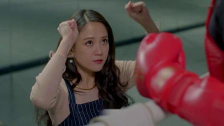 美女带着帅哥去打拳,不料帅哥一拳就被打倒了