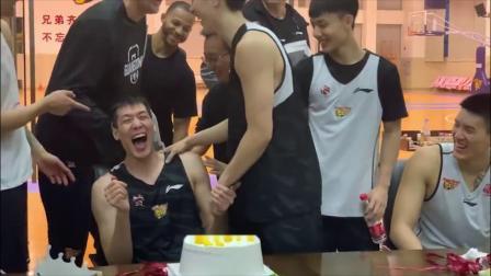 广东队球员补过生日惨遭蛋糕糊脸,蛋糕:我可能会迟到但永远不会缺席