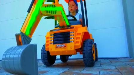 小朋友沙滩驾驶玩具挖掘机恶搞老爸