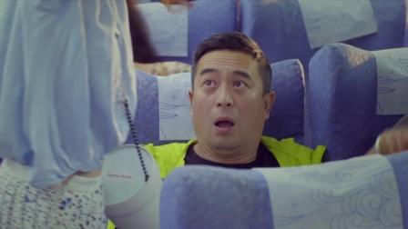 美女在飞机上放行李,东西全掉在大叔身上,还