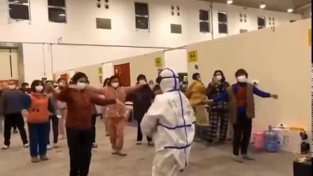 这是新疆特色广场舞在武汉方舱医院进行推广,