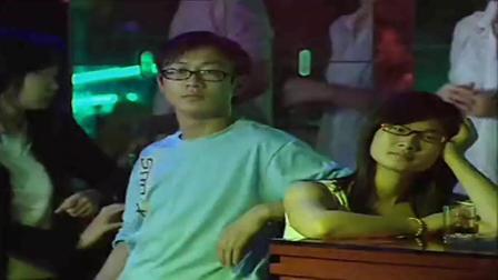 香港姊妹:小伙在酒吧为美女唱歌,美女听后感