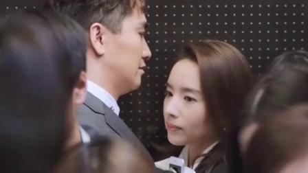 美女赶电梯遇上总裁,人太多俩人挤一块了,总