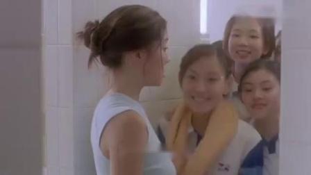 小伙在澡堂修水管,怎料有美女老师正在洗澡,