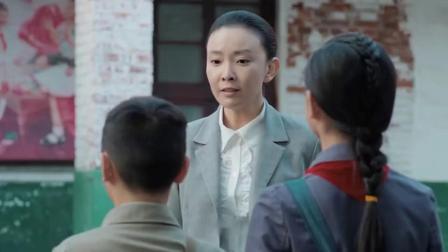 小男孩迟到学姐姐撒谎,结果美女老师的一句话