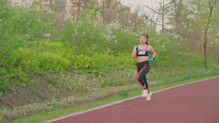 奔跑在翡翠长廊的美女