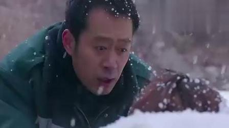 美女医生身负重伤,躺在雪地上瑟瑟发抖,男子