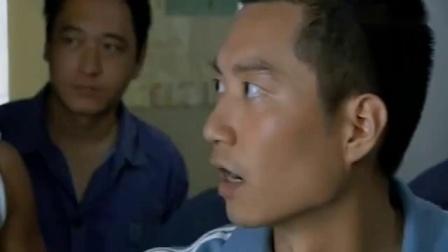 小伙偷美女衣服被发现,遭到众人围殴,说出的