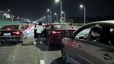 凌晨武汉封城 辜勇看着拥堵的高速公路 选择了会到武汉