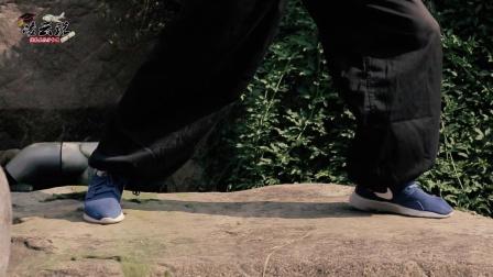 双节棍动作演示:单腿原地转身劈棍