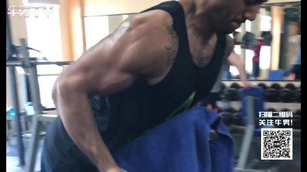 型男带你体验GOLD'S GYM健身达人胜地,背部肌肉训练暴力演示。