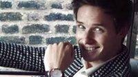 埃迪·雷德梅尼佩戴欧米茄星座系列尊霸腕表,在座驾上的迷人瞬间