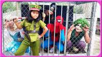 蜘蛛侠被抓进牢房 不文明行为 艾莎公主 美国玩具 钢铁侠 蝙蝠侠 卡通