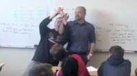 学生们突然闯入教室为老师庆生 谁知老师却并不买账