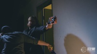 牛X老外手抓子弹一个打十个,两分钟连换十几把枪!