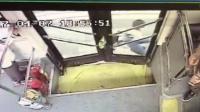 惊险!监拍车门夹住书包 小学生遭公交车拖行翻滚