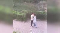 画风突变!实拍情侣当街接吻 结果出现恶心一幕