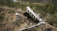 印度一辆满载香客的客车坠入山谷 至少21人丧生