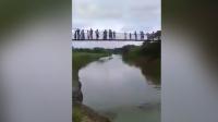 实拍吊桥突然断裂 民众拍到数十人坠河恐怖瞬间