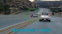 轿车报复摩托车, 下一秒, 轿车司机尴尬了!