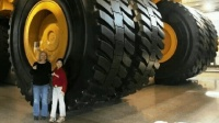 世界最大卡车, 一个轮子卖70万, 整车要1个亿, 有三个车道宽
