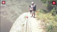 农村两男子往河里扔了一小块超强磁铁, 试试效果, 结果却吸到一个大物件