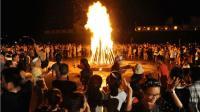全国人民正感受高温, 这个城市却在光明正大的玩儿火, 还几十万人一起围着篝火尬舞?