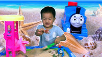 托马斯在沙滩和小朋友一起玩海沙找贝壳, 沙滩玩具