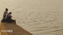 炎热夏天夕阳好钓鱼,钓友们湘江泄洪口水泥墩上挥杆垂钓感受野钓的快乐